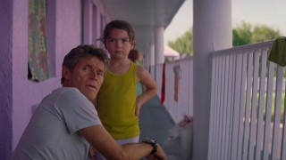 Willem Dafoe en Brooklynn Prince in The Florida Project