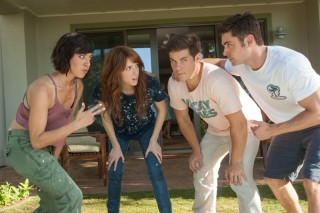 Aubrey Plaza, Anna Kendrick, Adam DeVine en Zac Efron in Mike and Dave Need Wedding Dates