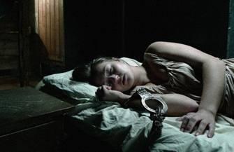 Carolien Spoor geketend aan het bed.