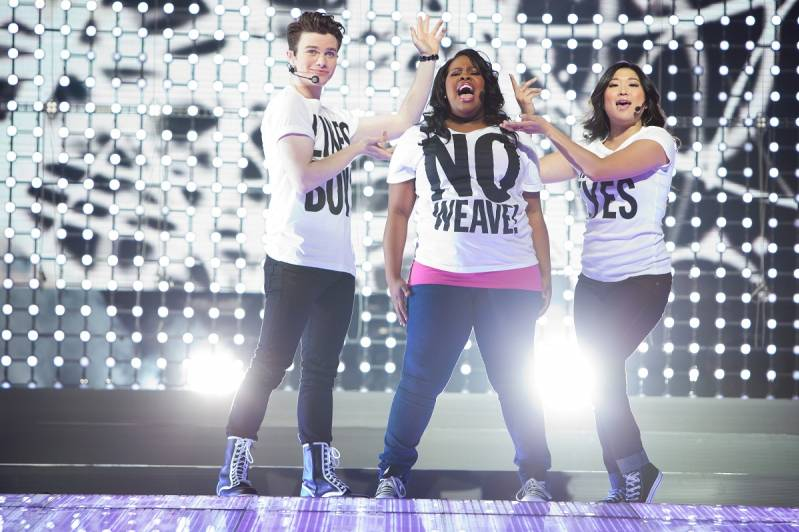 Drie Glee personages live op stage.