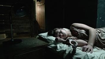 Carolien Spoor, vastgeketend aan een bed in Claustrofobia