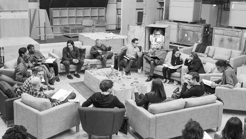 De cast van de nieuwe film tijdens een overleg.