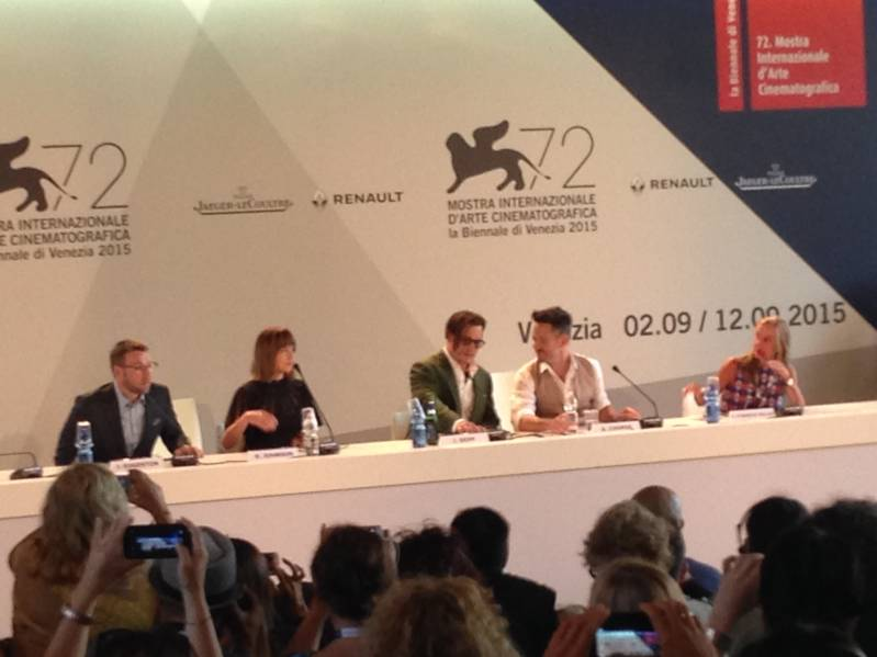 Joel Edgerton, Dakota Johnson, Johnny Depp en en regisseur Scott Cooper tijdens de persconferentie.