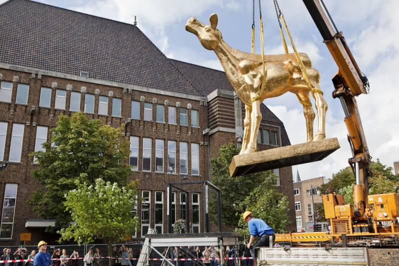 Utrecht, 18 september 2015 Nederlands Film Festival Plaatsing beeld van het Gouden Kalf op het Neude Foto Felix Kalkman