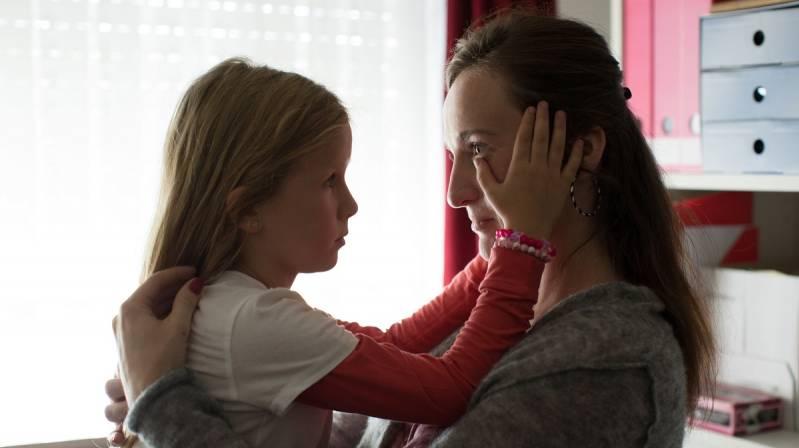 Sylvie en Eline worden gespeeld door Sara Vertongen en Esra Vandenbussche, in het echt ook moeder en dochter. Tekst loopt door onder deze afbeelding.