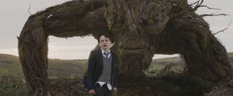 Conor met zijn beest in A Monster Calls (c) Independent