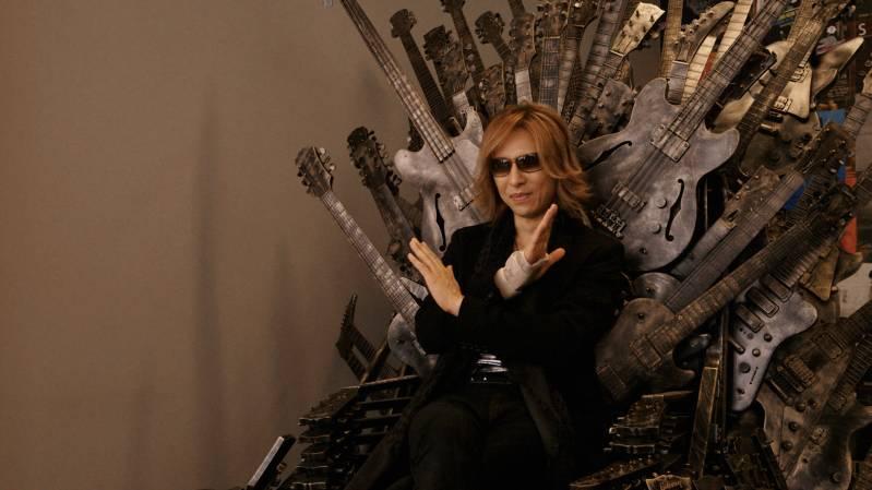 Yoshiki Hayashi op een troon van gitaren