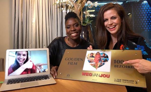Elise Schaap en Imanuelle Grives verrassen Katja Herbers via Skype