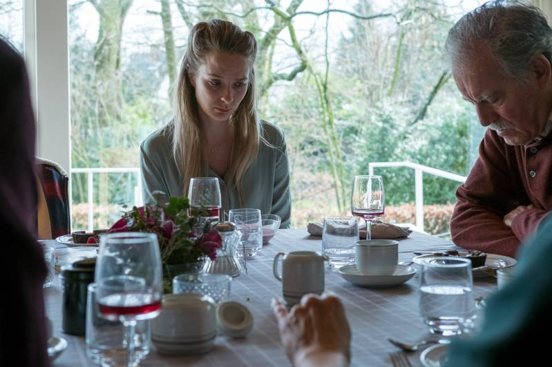 Eva (Britt van Hoof) aan de eettafel met haar vader Jos (Herman Gilis).