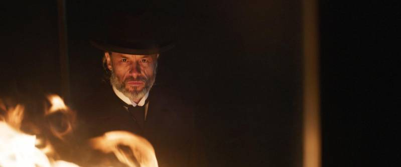 Guy Pearce als donderprekende dominee in Brimstone.