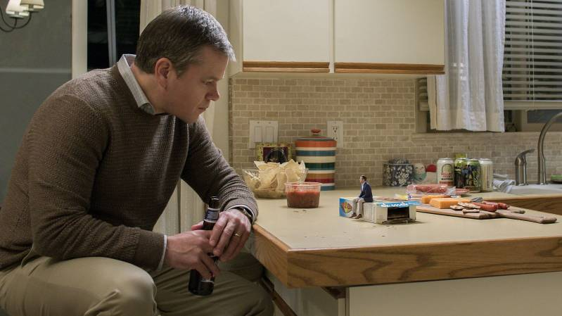 Matt Damon als Paul Safranek en Jason Sudeikis als Dave Johnson in Downsizing © 2018 Paramount Pictures.
