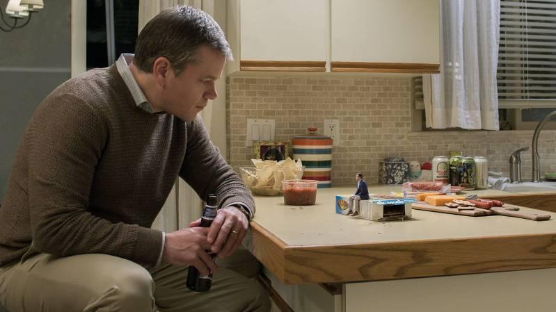 Matt Damon als Paul Safranek en Jason Sudeikis als Dave Johnson in Downsizing © 2018 Paramount Pictures.