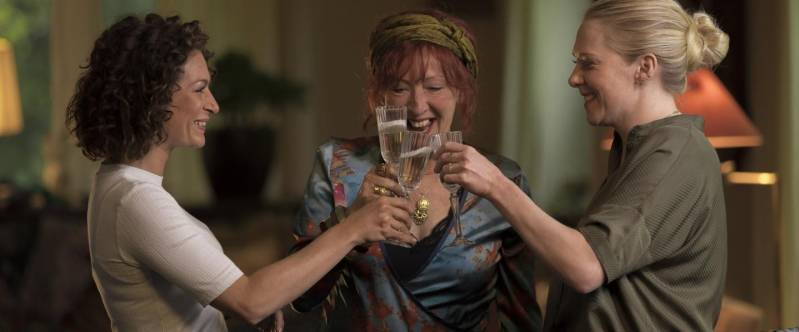 Eva van de Wijdeven, Loes Luca en Jelka van Houten klinken het glas in Huisvrouwen Bestaan Niet.