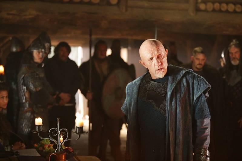 Jonathan Banks speelt de meedogenloze Pepijn, koning van de Franken.