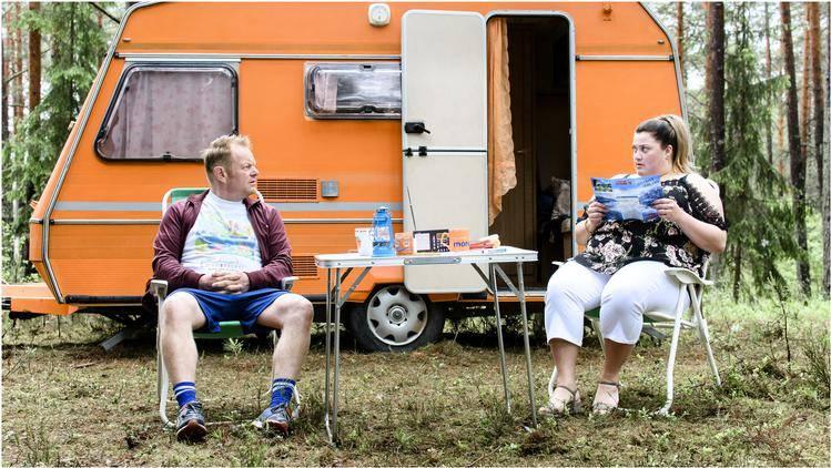 Martijn Fischer en Esmee van Kampen voor hun caravan in Lapland.