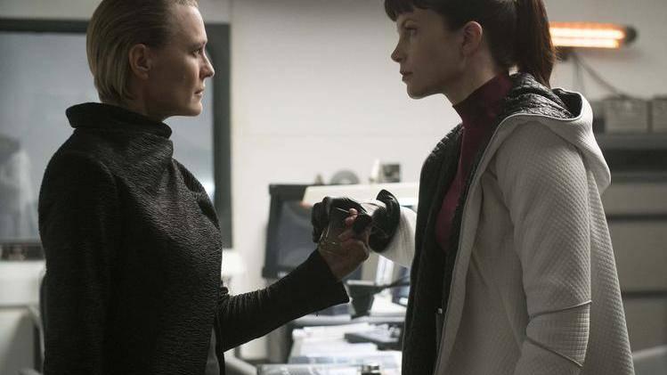 Sylvia Hoeks (rechts) in Blade Runner 2049.