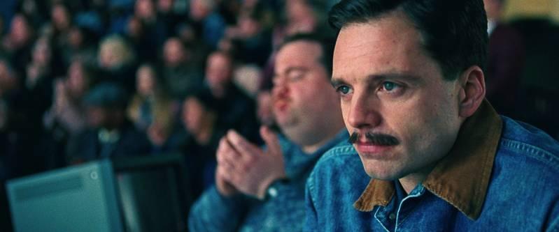 Sebastian Stan als Jeff Gilloody, op de achtergrond  Paul Walter Hauser © 2018 Clubhouse Pictures
