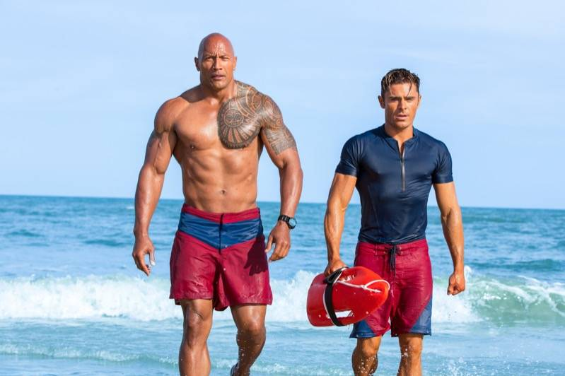 Johnson en Efron in Baywatch.