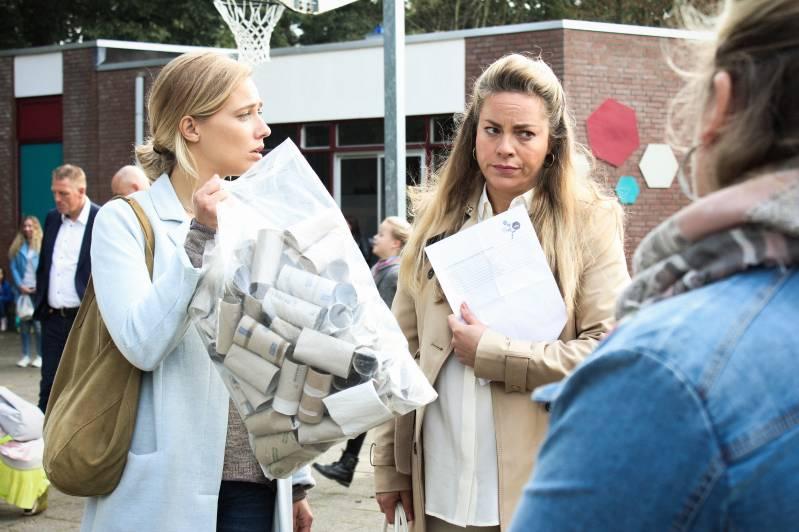 Filmstill uit de serie 'Luizenmoeder', met Maaike Martens als tweede van links. (c) EntertainmentOne