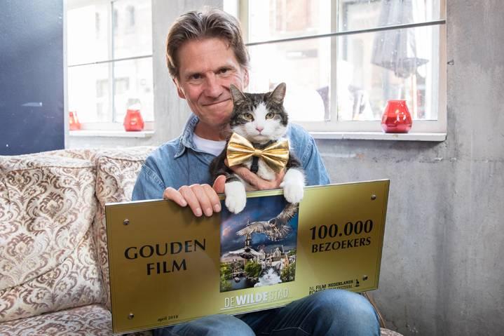 Regisseur Mark Verkerk en de hoofdrolspeler, de kat Abatutu, nemen de Gouden Film in ontvangst. (c)2018 Arjo Frank