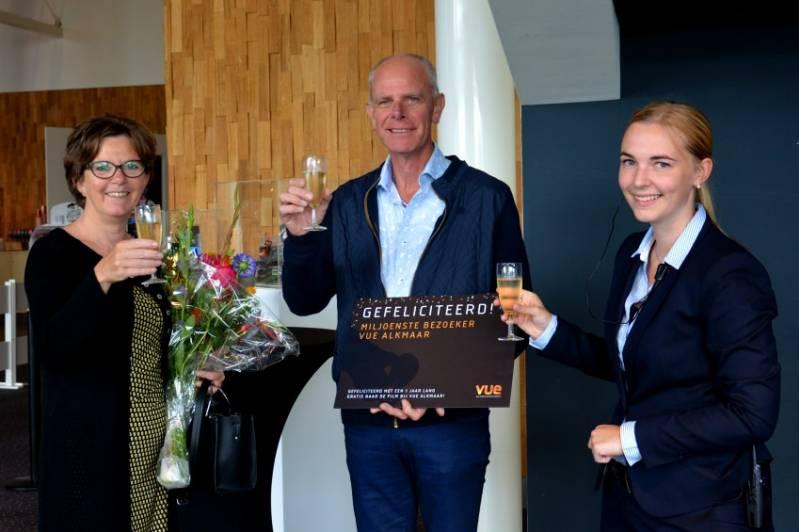 Miljoenste bezoeker Sonja Hoebe met haar echtgenoot en theatermanager Tamara de Koning © 2018 Kenneth Schipper/HHW A life