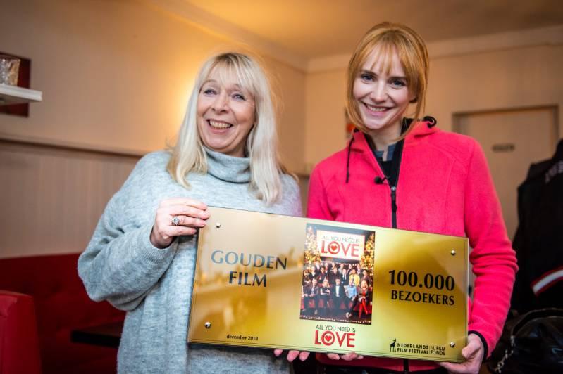 Regisseur Will Koopman en actrice Bracha van Doesburgh met de Gouden Film voor All you need is love (C) 2018 Grasshopperstudios / Joke Schut