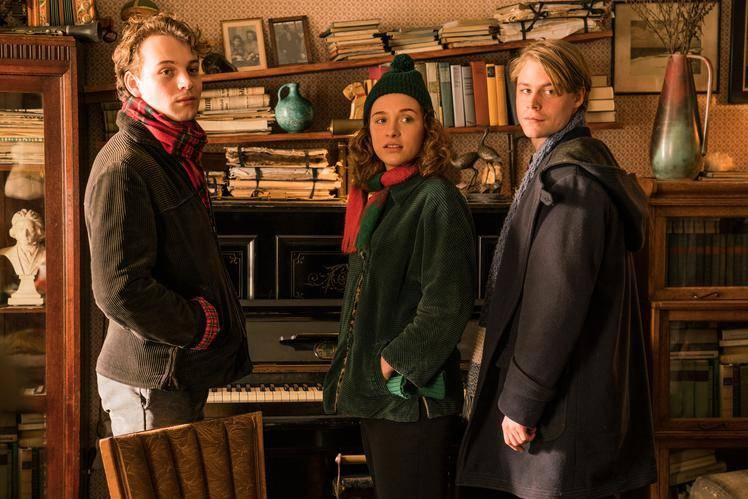 Theo (Leonard Scheicher), Lena (Lena Klenke) und Kurt (Tom Gramenz) in Edgars Haus, Studiocanal GmbH / Julia Terjung