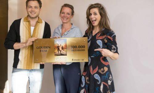 Acteur Teun Luijkx, regisseur Aniëlle Webster en actrice Elise Schaap met de Gouden Film. (Foto: ©Friso Spoelstra)