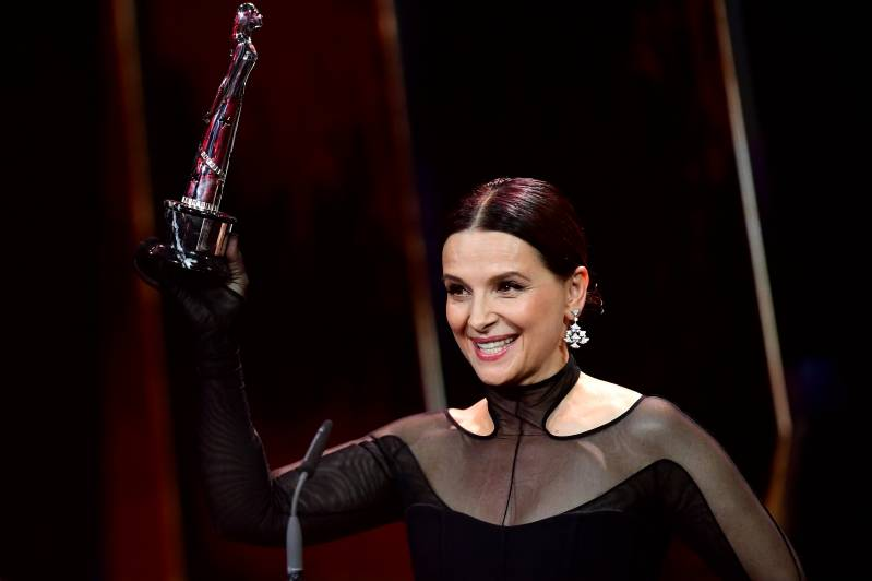 Juliet Binoche neemt prijs in ontvangst voor haar bijdrage als Europeaan aan de Wereld Cinema