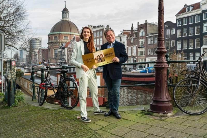 Frank Houtappels ontvangt de Gouden Film Award uit handen van Isabelle de Klein van het Nederlands Film Festival ©Joke Schut