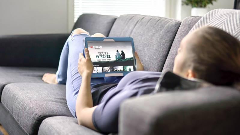 Vrouw kiest een film middels VOD op een tablet © 2019 Tero Vesalainen