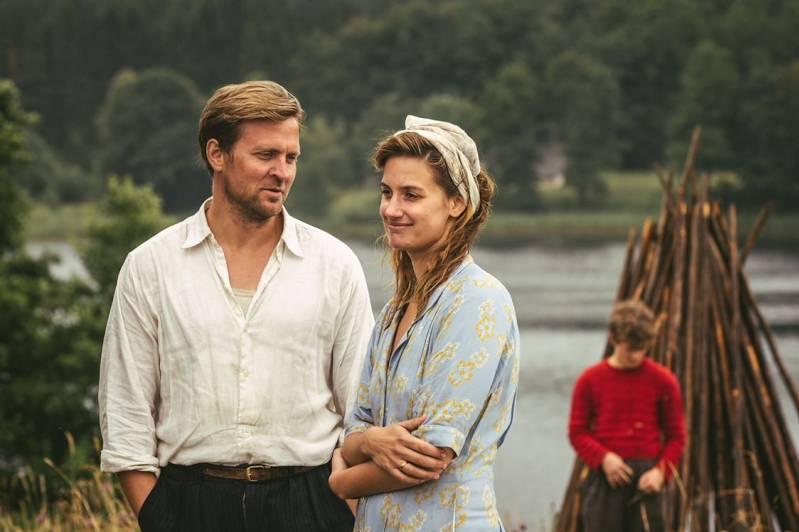 Tobias Santelmann en Danica Curcic in OUT STEALING HORSES © 2019 September Films