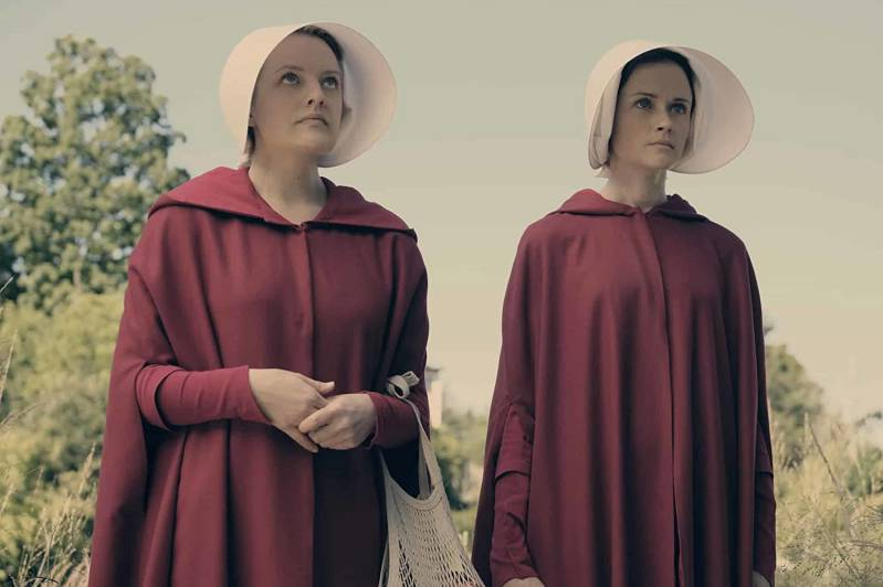 Elisabeth Moss and Alexis Bledel in The Handmaid's Tale © 2017 Fox