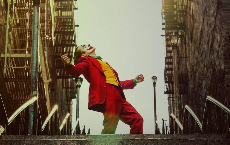 Joker dansend op de trappen © 2019 Warner Bros Entertainment Inc All Rights Reserved   Foto: Niko Tavernise