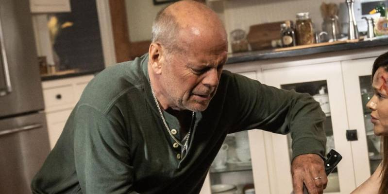Bruce Willis en Lydia Hull in Survive the Night