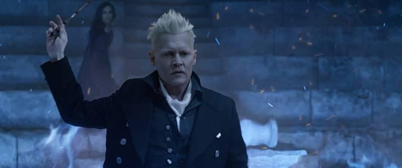 Johnny Depp en op de achtergrond Zoë Kravitz in Fantastic Beasts: The Crimes of Grindelwald (2018)