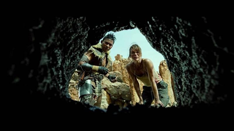 MillaJovovich en Tony Jaa in Monster Hunter