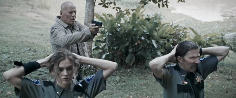 Bruce Willis, Lala Kent en Tyler Jon Olson in Out of Death